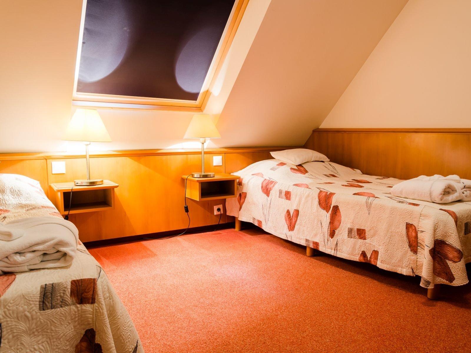 Különágyas tetőtéri szoba